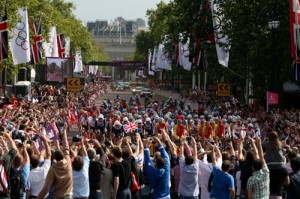 way down the Mall at the start of the Men's Road Race. © Ezra Shaw (Getty Ima